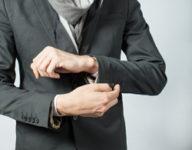 スーツの袖を通す男性