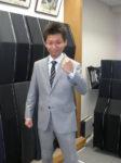 「Fahion AT Men's」製のオーダースーツを着用したお客様