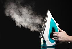蒸気を出すスチームアイロン