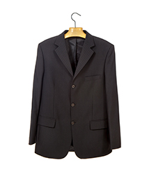 ハンガーに掛けた黒いスーツ