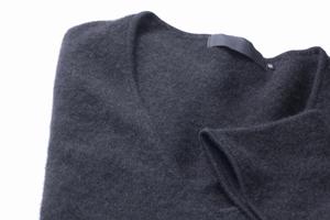 スーツに合わせたいセーターの着こなし術の画像