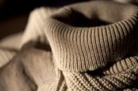 ベージュのタートルネックのセーター