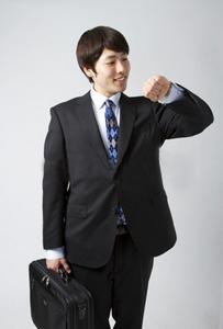 身だしなみを整えたスーツの男性