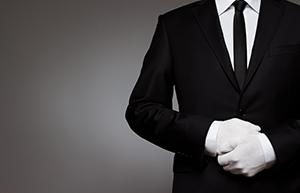 初めてのオーダースーツを着た男性