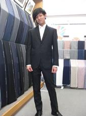 ブリティッシュスタイルのオーダースーツを着た男性 (撮影:Fashion AT Men's)