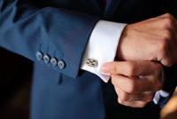 成人式でスーツに袖を通す男性