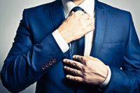 成人式でスーツネクタイを締める男性