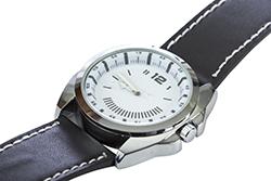 黒革のベルトに白の文字盤のアナログ腕時計