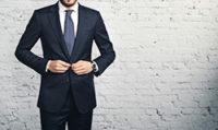 スーツボタンを留める男性