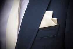 黒スーツに入ったシルクのポケットチーフ」