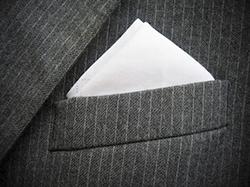 ストライプスーツに入ったシルクのポケットチーフ
