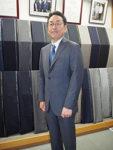 ストライプスーツを着用する男性