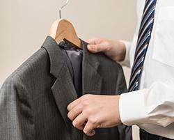 スーツは着ない時にも要注意! ハンガー選びのポイントの画像