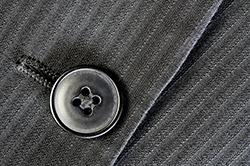 スーツの格を上げる! ボタンの種類とシーン別の選び方