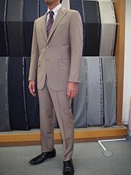 日本のビジネスマンはスーツを何着持っている?