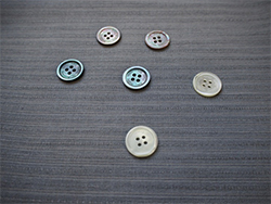 スーツを上品に彩る! 貝ボタンの種類と取り扱い方の画像