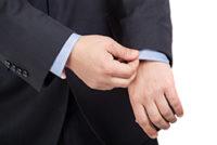 スーツのシャツの袖をまくる男性②
