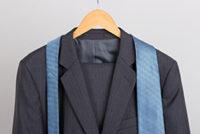 ハンガーに掛けたスーツジャケットとネクタイ