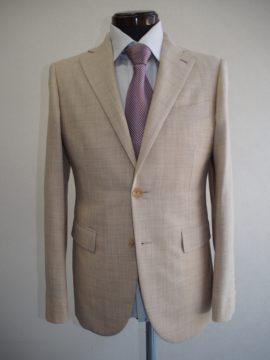 明るいベージュのスーツの画像