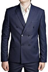 ゆったりシルエットのスーツで威厳とクラシック感を