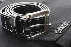 スーツスタイルを決める「ベルト」の選び方の画像
