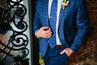 青いビジネススーツを着た男性