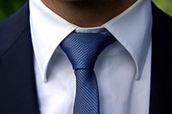 スーツの襟のアップ