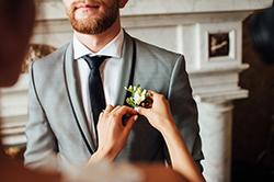 胸に花を付けられている男性