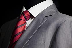 グレースーツは色柄アイテムとの組み合わせが定番