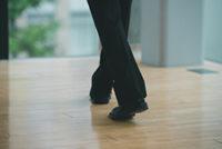黒いスラックスと革靴のアップ