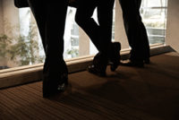 黒いスーツのスラックスと革靴の3人のアップ