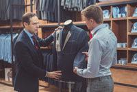 お客さんとフルオーダースーツを仕立てている様子