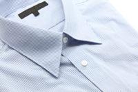 畳まれた青いワイシャツ
