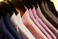 ハンガーで並べられたワイシャツ