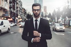 街中でスーツを着こなす男性