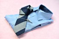 畳まれたサックスブルーのワイシャツとネクタイ