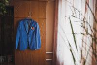 クローゼットに掛けたスーツジャケット