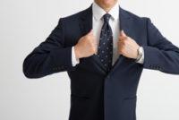 スーツを着た男性の上半身