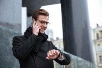 スマートフォンで電話をする男性