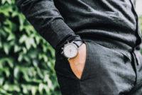 腕時計をした手をポケットに入れている