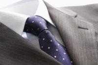 ストライプのスーツとドットのネクタイ