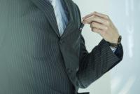 スーツの胸ポケットからペンを取り出す