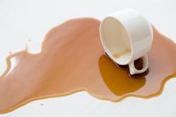 スーツにコーヒーをこぼしてしまったら? シミの対処法の画像