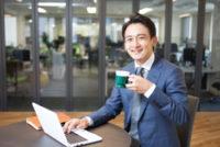 マグカップを持った笑顔のビジネスマン