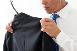 スーツについたお酒・たばこの臭いを取る方法の画像