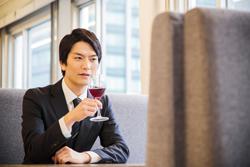 ワインを楽しむ男性