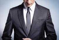 スーツの男性の上半身