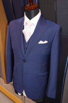 裏地やステッチの色をピンクで統一したおしゃれなスーツです。の画像