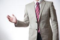 のスーツを着た男性