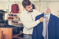 スーツに合うネクタイを選ぶ男性